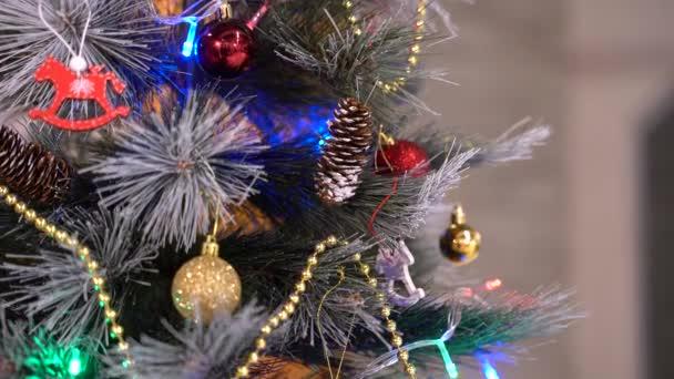 Novoroční jedle s dekoracemi a osvětlením. Posuvné filmové záběry vánoční ozdoby stromků