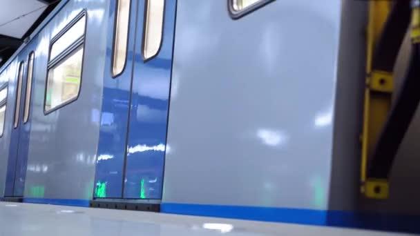 A vonat megérkezik az állomásra és kinyitja az ajtókat. Ember kijárat egy metróállomáson. Egy férfi kiszáll egy metró vonatból.