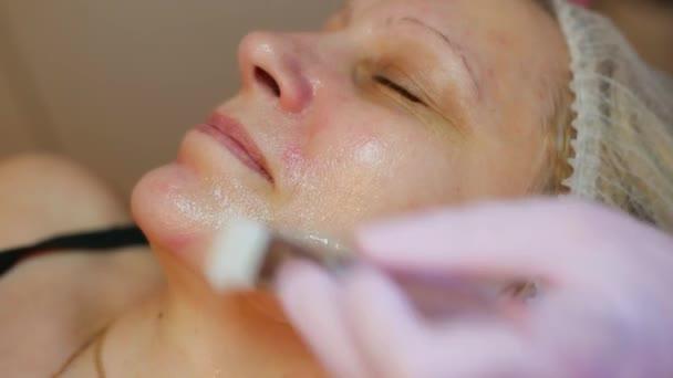 Frau nach kosmetischer Behandlung. Wellness Haut- und Körperpflege. Nahaufnahme einer Frau, die sich im Schönheitssalon einer Wellness-Massage unterzieht. Schönheitsbehandlung im Gesicht