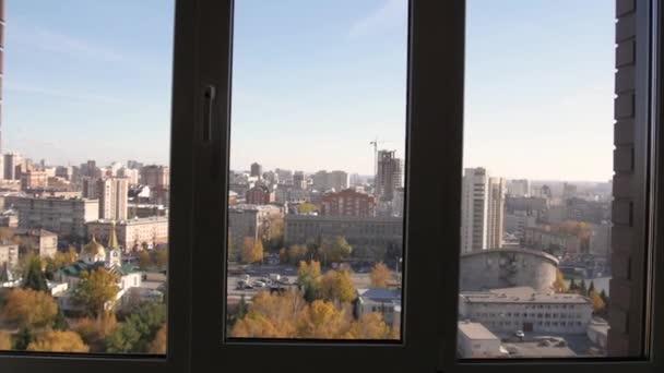pohled z okna z posledního patra. pomalý pohyb k oknu. Panamské okno v bytě