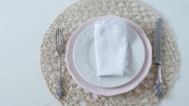 Nastavení tabulky s bílými pokrmy na bílém pozadí. vařené vejce k snídani. ženská ruka ležela vejce na talíři.