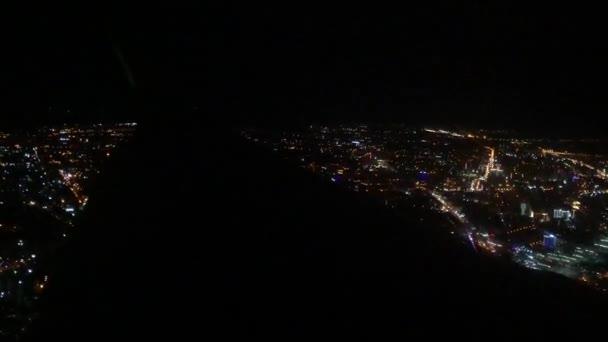 Luftaufnahme aus dem Flugzeugfenster über Los Angeles City Lights im Landeanflug auf den Flughafen
