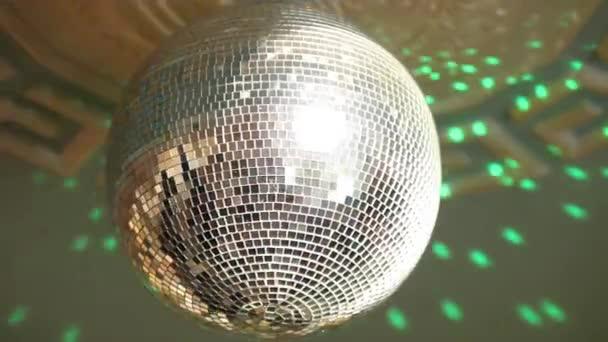 zrcadlový diskotéka míč na diskotéce, na tanečním parketu, vytváří spoustu odrazů barevných světel