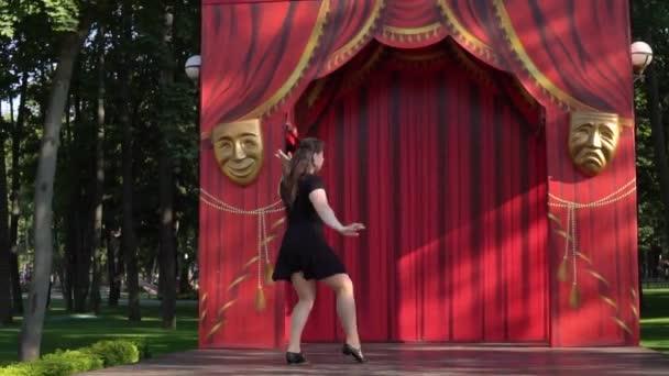 dívka tančící na jevišti