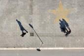Ptačí oko pohled na pouliční fotografii se světlem a stínem Odebran z panoramatického kola na pobřeží Jaderského moře, lungoma a Murat v Bari, region Puglia, Itálie