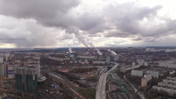 Industriepanorama mit rauchenden Schloten einer Großstadt, gefilmt von einer Drohne