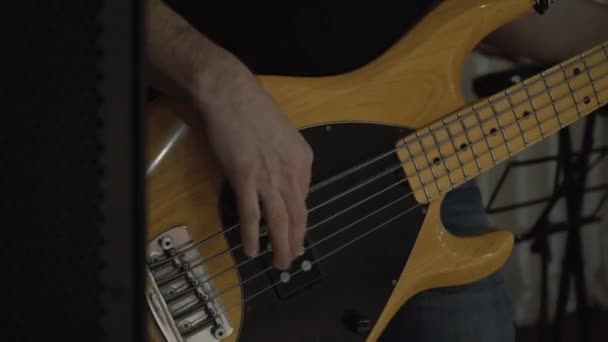 Muž hraje na baskytaru
