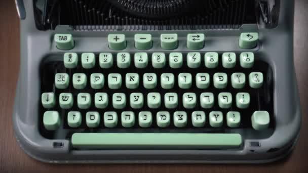 Ženské ruce psaní textu na starém hebrejském psacím stroji