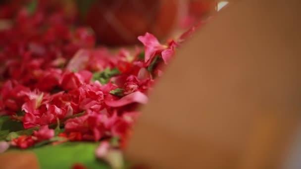 Svatební obřad, tradiční indický hinduistický svatební rituál s červenými květy a atributy