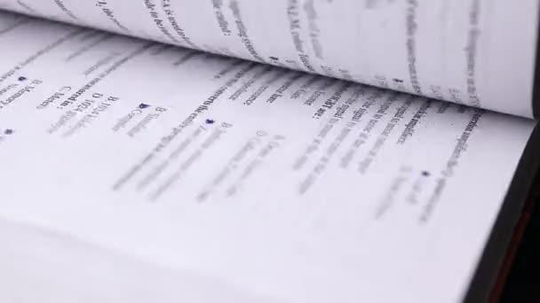 4K otáčející se stránky knihy se zavřou. Prohlížení knihy otáčení stránek a čtení - Obchodní a vzdělávací koncept