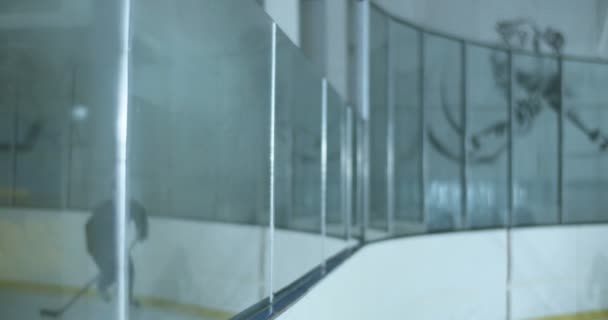 Běloch mladý hokejista v helmě a uniformě klouže rychle a bít s jiným hráčem na ledě. Dva sportovci se do sebe zabouchli.