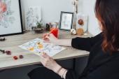 Fotografie Junge Frau mit Aquarellfarben malen