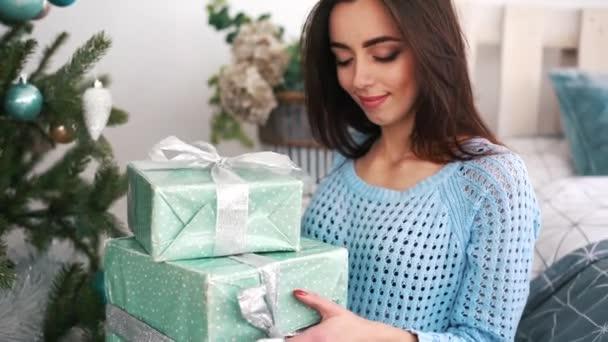 usmívající se žena s mnoha dárkové krabičky