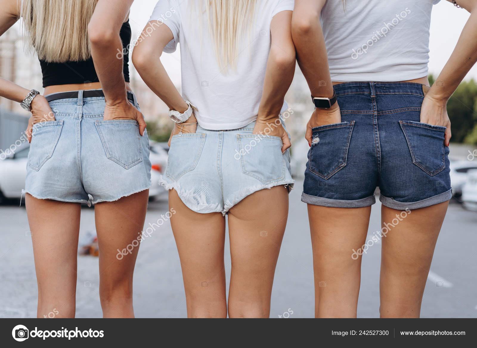 90813c677 Cerrar foto de tres chicas bien en pantalones cortos de jean– imagen de  stock