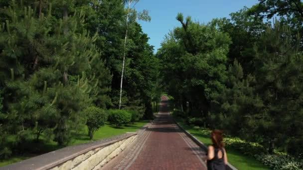 Atleta donna che fa jogging nel parco. Donna sportiva allallenamento mattutino