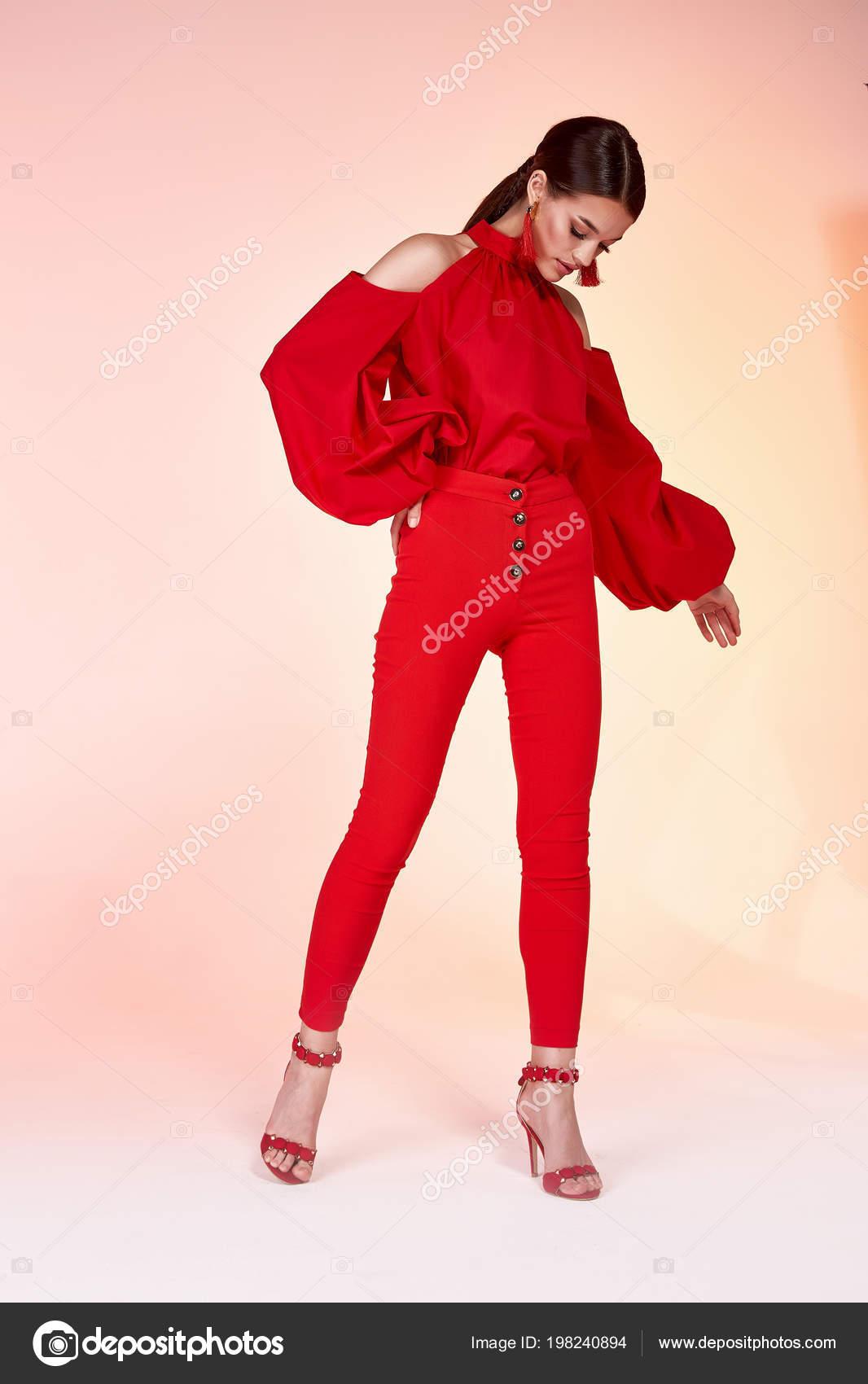 Elegancia sexy muy hermosa mujer modelo glamour pose desgaste color rojo  pantalones blusa de seda ropa de moda para fiesta verano colección  maquillaje pelo ... 159f6ce67ae