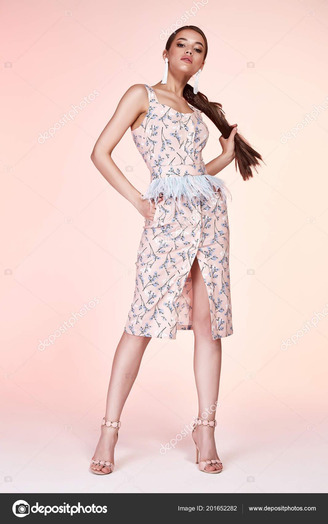 6bc46f36636a Сексуальная красоты женщина красивое лицо загар кожи одежда белый красочное  платье длиной макияж косметической Дресс-код коллекции студии каталог  брюнетка ...