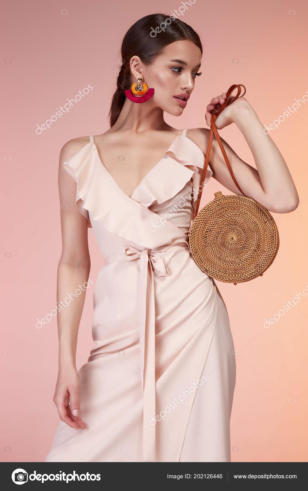 593e7db03 Mujer elegante sexy belleza moda estilo ropa vestido beige seda formal  casual señora romántica reunión fecha partido estilo glamour modelo morena  morenas ...