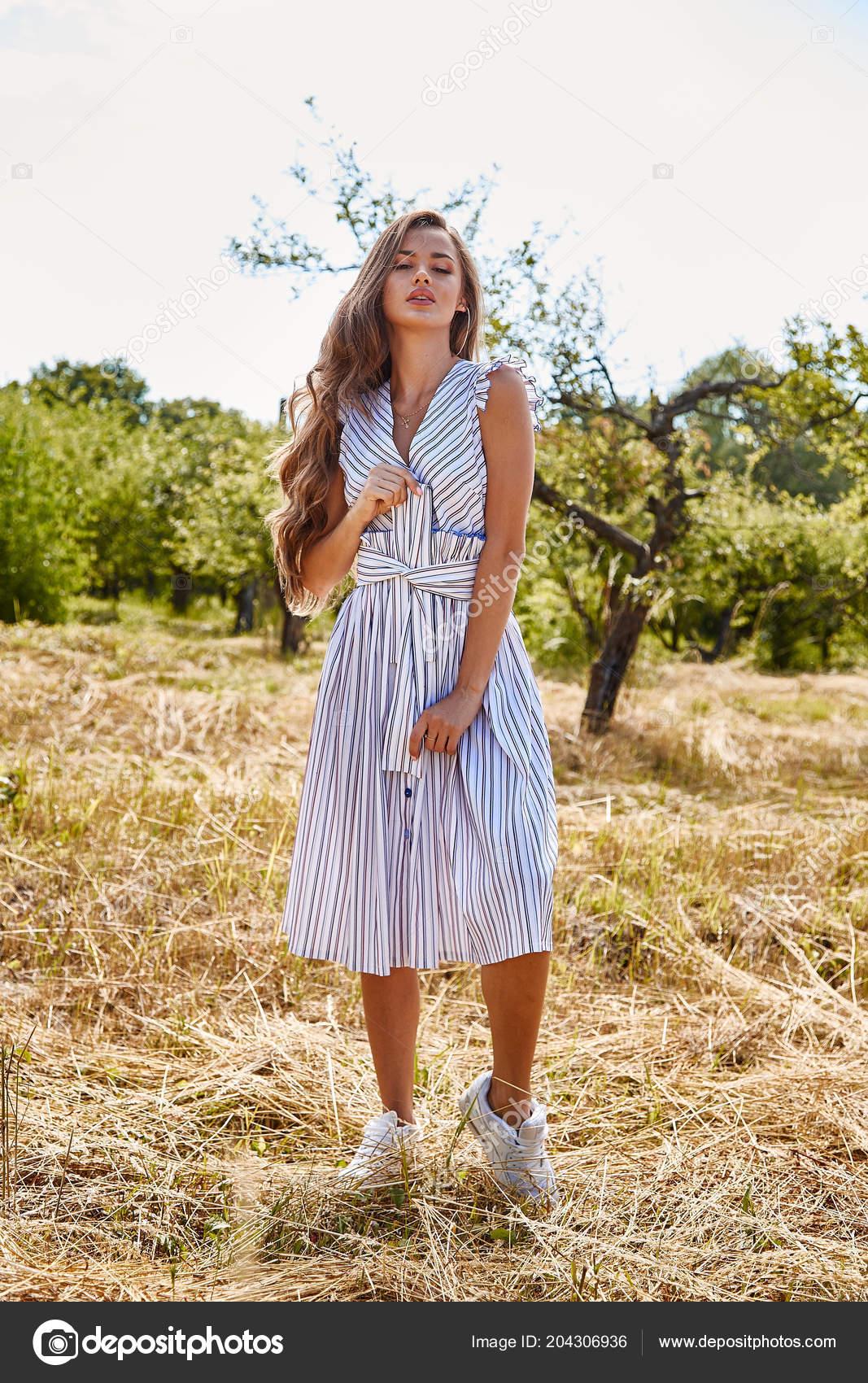 7cc431fdf36 Belle jeune femme sexy cheveux longs maquillage lumineux nature fond  paysage sec spike herbe et apple arbres été jardin modèle porter en coton  blanc léger ...