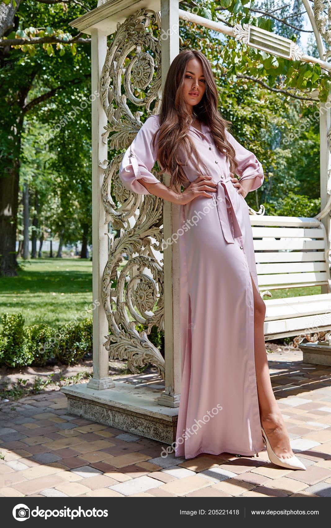 cb1c06a28336 Όμορφη σέξι γυναίκα αρκετά χαριτωμένο πρόσωπο μακιγιάζ καλλυντικά μακριά  ξανθά μαλλιά μόδα μοντέλο αίγλη φορούν σχεδιαστής φόρεμα από ροζ μετάξι  απαλό ...