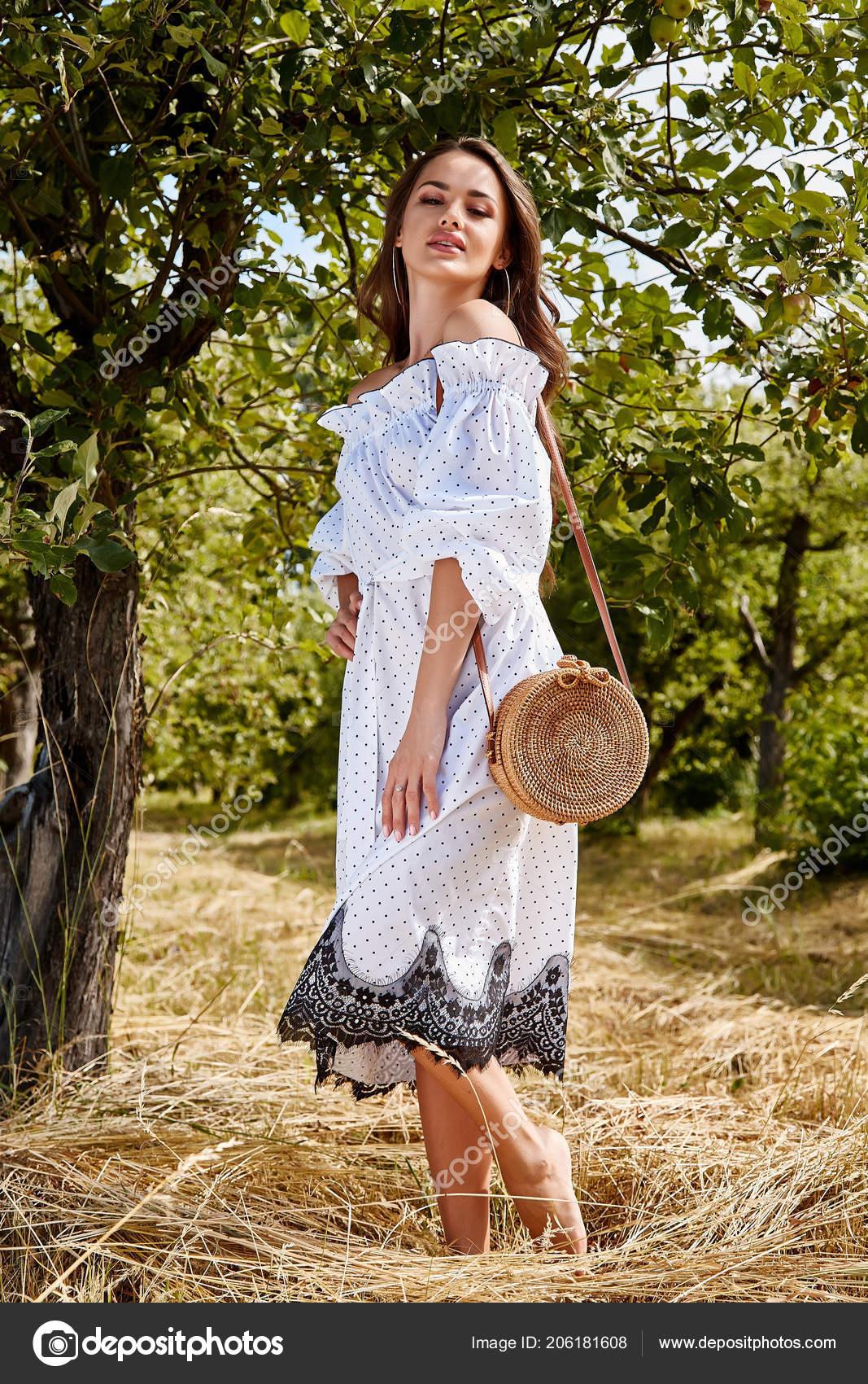 64a6c920f8a Cheveux longs de belle jeune femme sexy maquillage lumineux nature fond  paysage sec arbres d herbe et apple de spike modèle jardin été habillé en  accessoire ...
