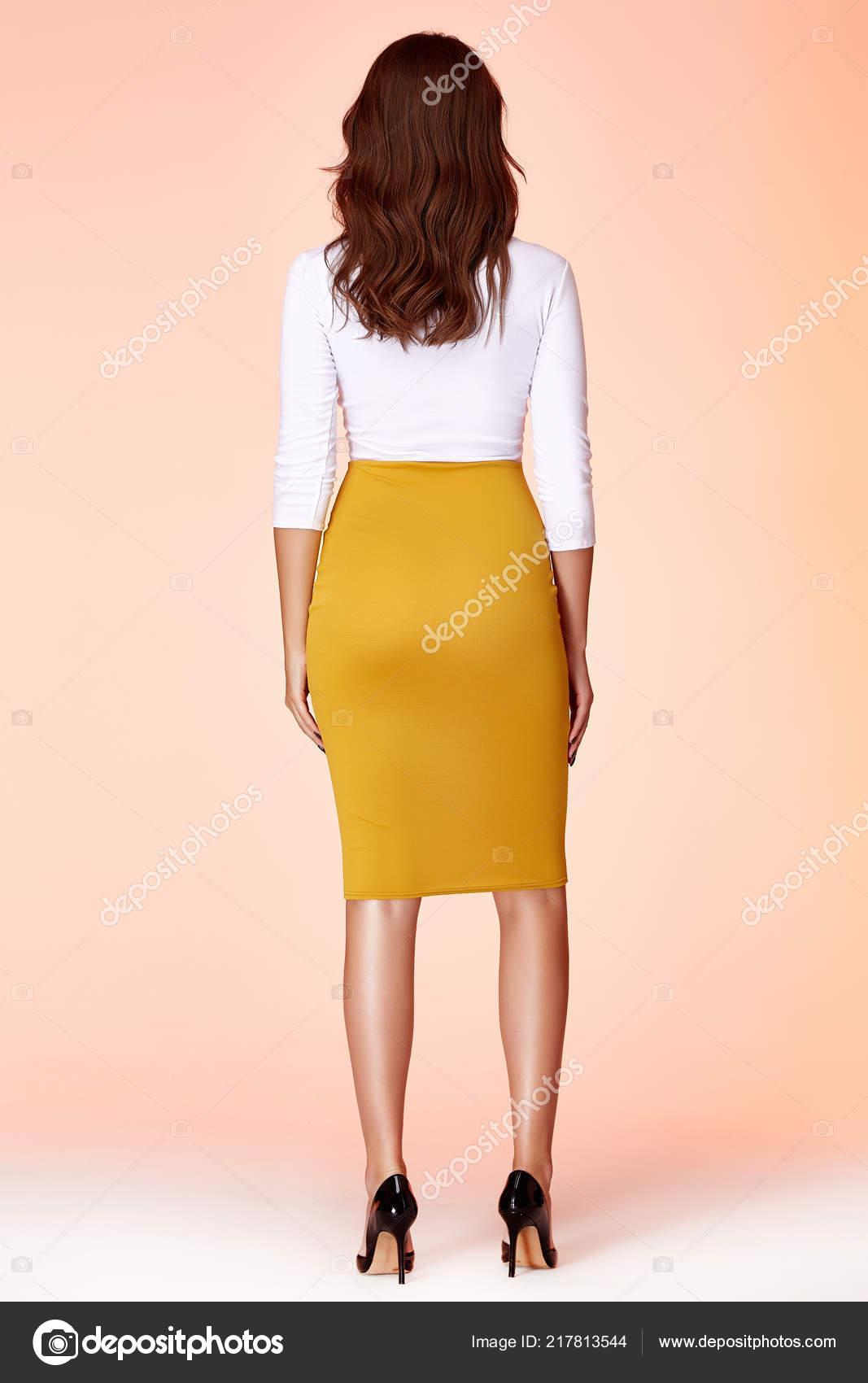 9fe5751b8 Retrato hermoso negocio mujer dama estilo cuerpo perfecto forma morena pelo  desgaste amarillo falda blusa blanca elegancia casual estilo Secretaria de  ...