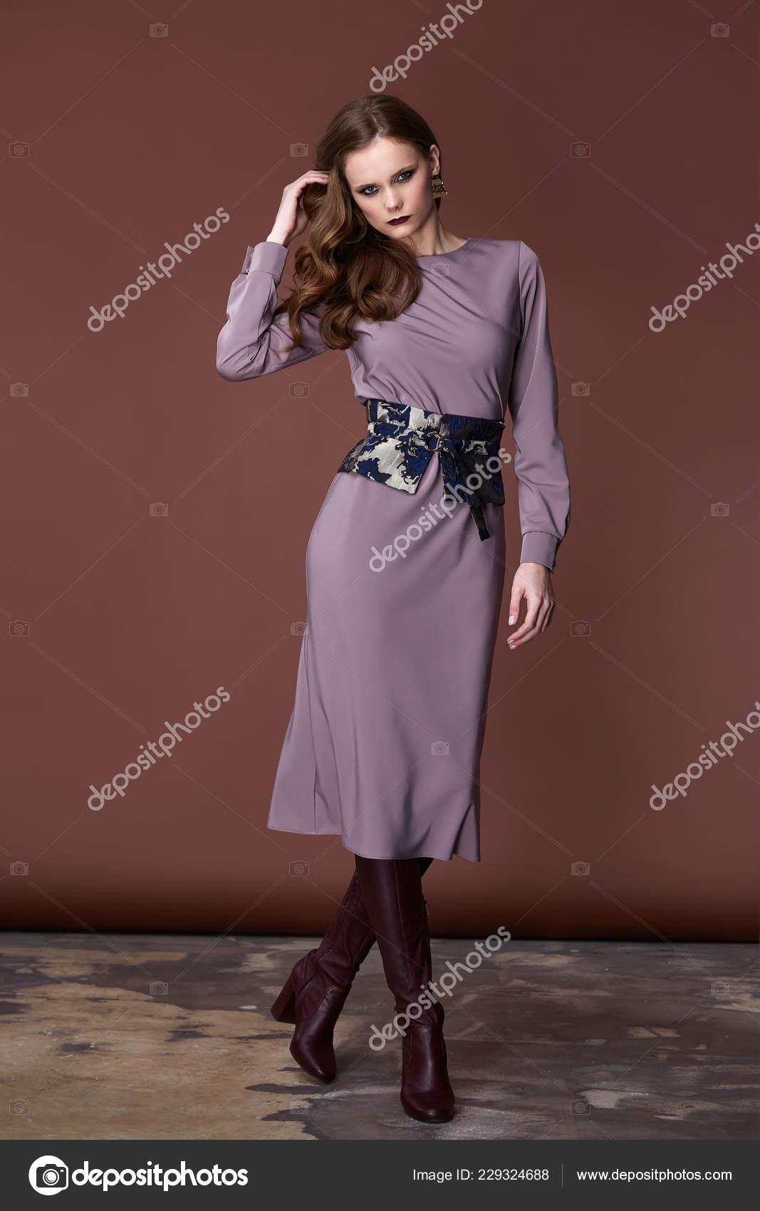 bfc1c5bdf Estilo de escritório de negócios de bela mulher morena sexy moda roupas  inverno Outono coleção corpo perfeito forma cara bonita maquiagem sorriso  desgaste ...