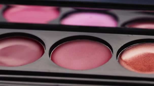 Krásy aids produkty dekorace kosmetika pro tvář organické módní barevné palety rtěnka rty červené růžové vínové barvy make-upu glamour kůže péče krém na obličej textury.