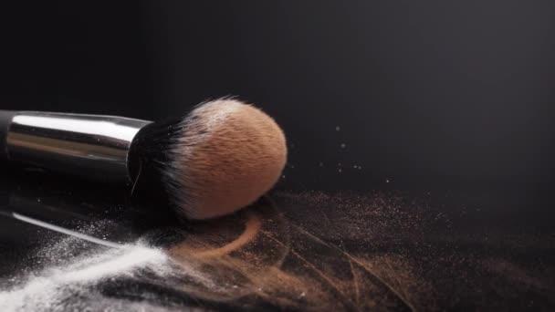 Make-up Kosmetikprodukte Bio dekorative Kosmetik für das Gesicht Mode Trendfarbe rosa Farbe Rouge Puder Blusher rosa Schönheit Hautpflege Naturpelze flauschige Faserbürste fallen nach unten.