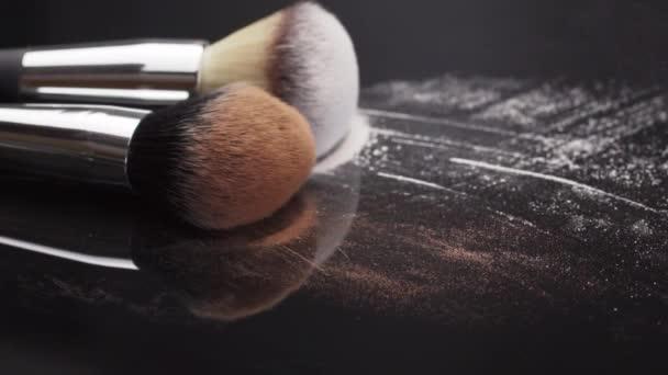 Make-up kosmetické produkty Bio dekorativní kosmetika pro tvář módní módní barva růžová barva ruměnec rouge štětec na pudr tvářenka růžová kráska kůže péče o přírodní kožešiny načechrané vlákno padají dolů.