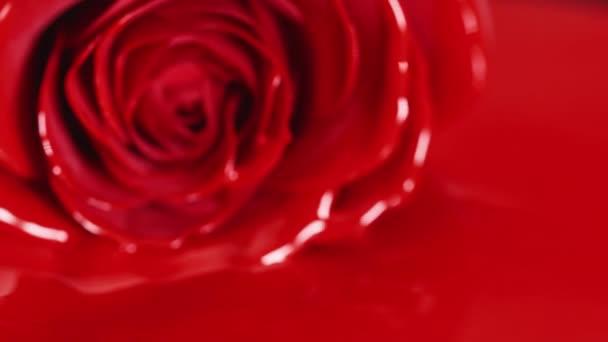 rote Farbe Lippenstift flüssige Textur, Ölfarbe zum Malen, Mischen von Schattierungen, Kunst Make-up Kosmetik für Gesicht Rosenblüte.