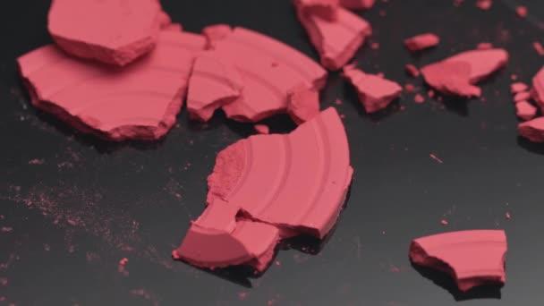 Make-up kosmetické produkty organické dekorativní kosmetiky pro módní trendy barvu růžovou přirozenou barvu tvářenky rouge prášek tvářenka růžová zlomený krása péče o pleť.