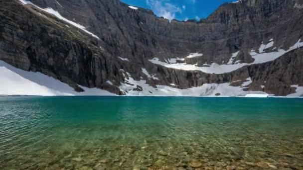Ledovec TL - ledovce jezero svítí zeleně u hladiny vody