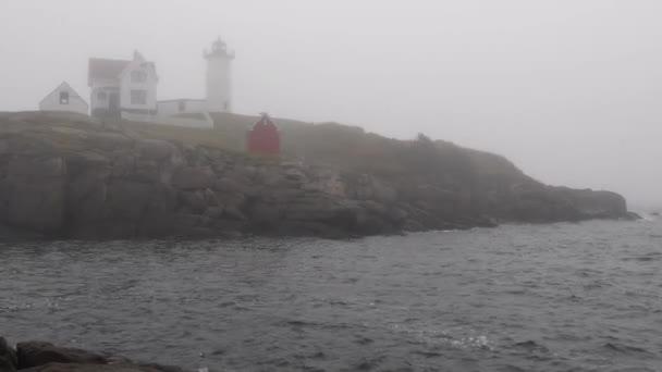 Cape Neddick Leuchtturm im Nebel entlang der Küste von Maine