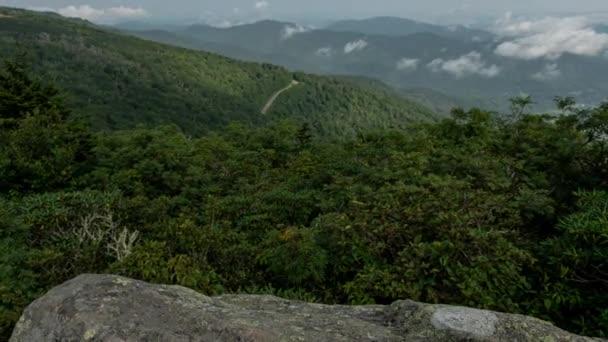 Jane holé skály s výhledem na Blue Ridge Mountains