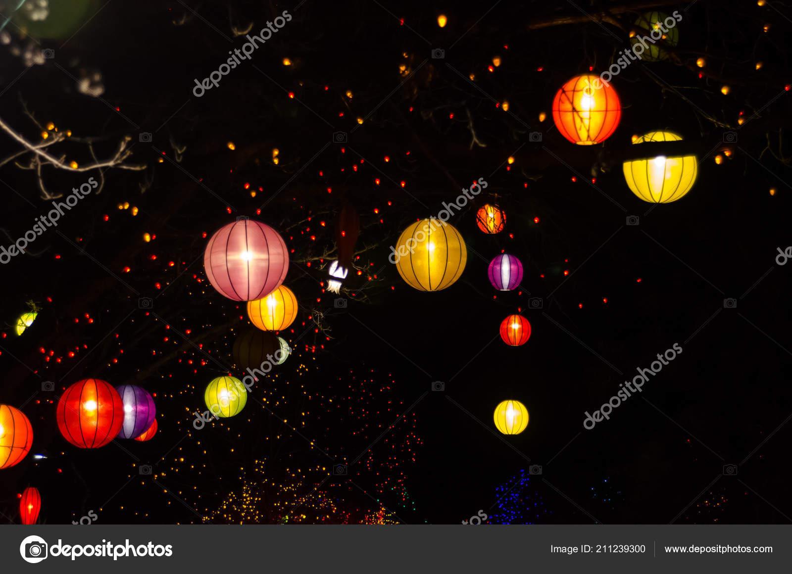 Weihnachtsbeleuchtung Außenbereich.Chinesische Laternen Und Weihnachtsbeleuchtung Außenbereich Bäumen