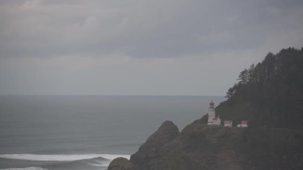 Heceta hlavu maják na pobřeží Oregonu Alnog zataženo den