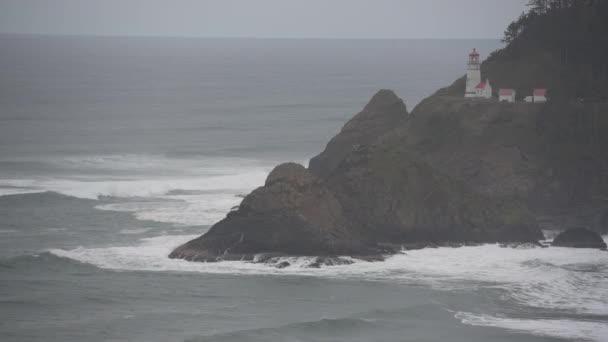 Wellen krachen unter hektischem Leuchtturm entlang der oregonischen Küste