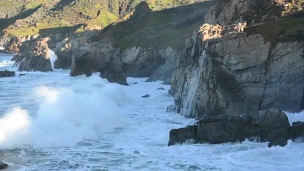 Hullámok összeomlik a Big Sur part mentén kaliforniai central coast