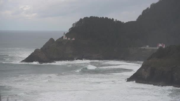 Breite Schuss von Heceta Head Light House und Wellen entlang der Küste von Oregon