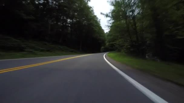 Slabé reflektory na silnici v nízkém úhlu
