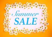 Sommerschlussverkauf auf rosa und orangefarbenem Hintergrund mit weißen Margeriten
