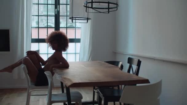 Krásná veselá Afro americký žena v prádlo pózování doma.