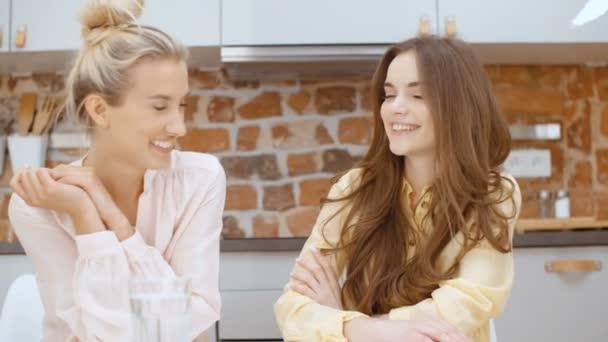 Dva veselé dospívající přítelkyně mluví doma.