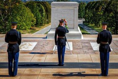 Nöbetçi değişimi sırasında Meçhul Asker 'in Mezarı' nda selam vermek..