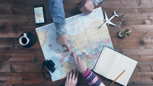 ruka zobrazující cestovní itinerář na mapě světa horní pohled