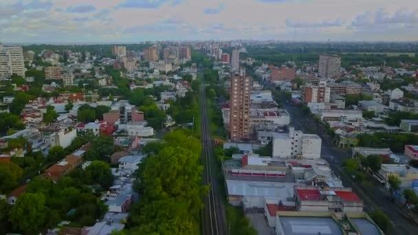 Vzdušný výhled na předměstí Buenos Aires s budovami a vlakovou železnicí.