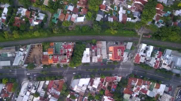 Dron nad čtvrtí na předměstí Buenos Aires, s domy a stromy