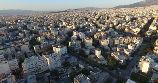Létání nad městem plným budov a bytových domů
