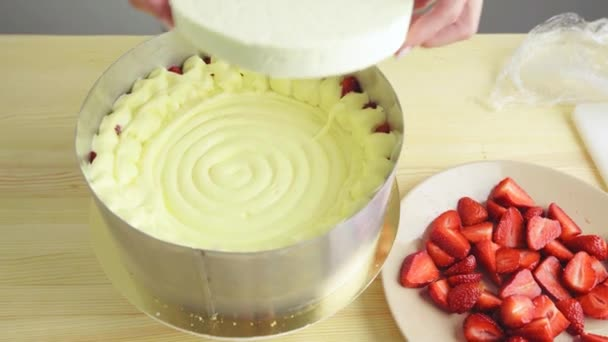detail uvedení pěny na jahodový koláč krém.